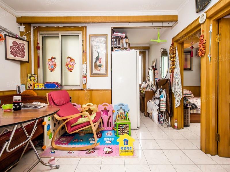 东直门商圈,地铁周边公园附近,有客厅两居室。