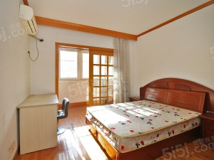 花园路70号:两房朝南,客厅朝西有窗,房型好。诚意出售