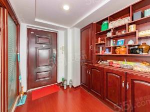 好装自住两室一厅,出门刷禁出卡出行也挺方便的,配套也挺齐的。